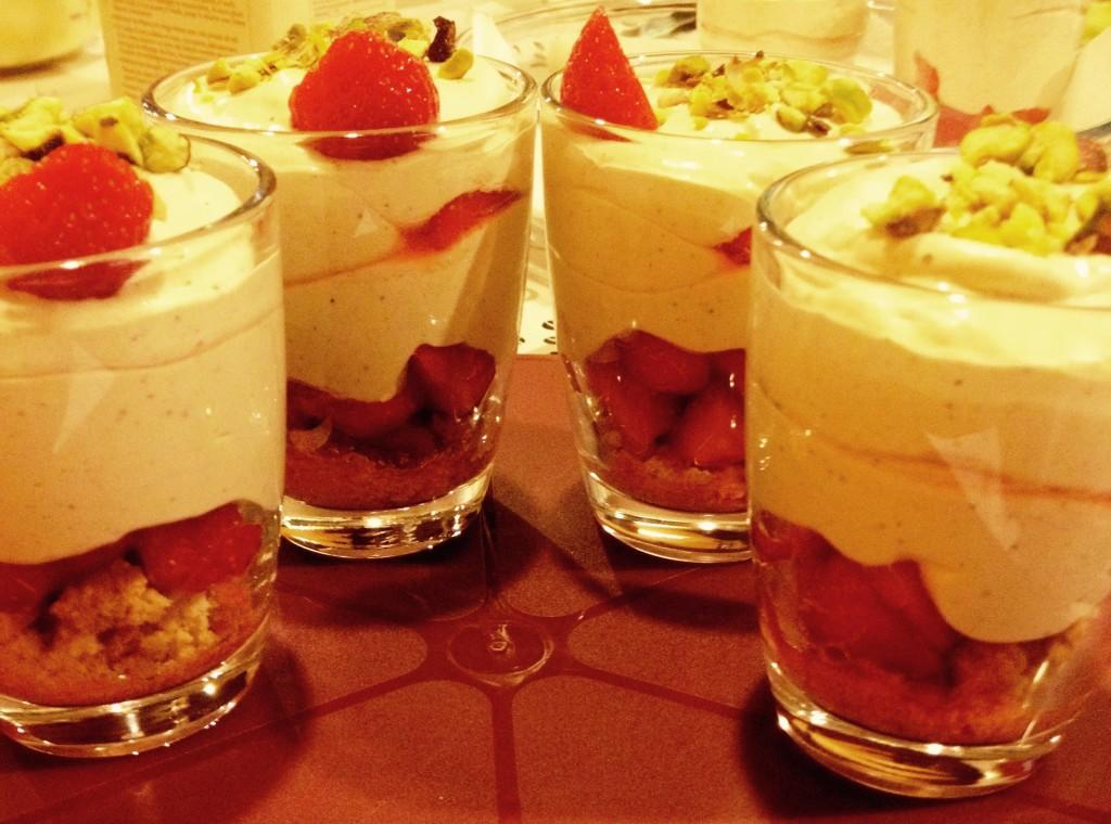 Mousse à la pistache sur lit de fraises croquant