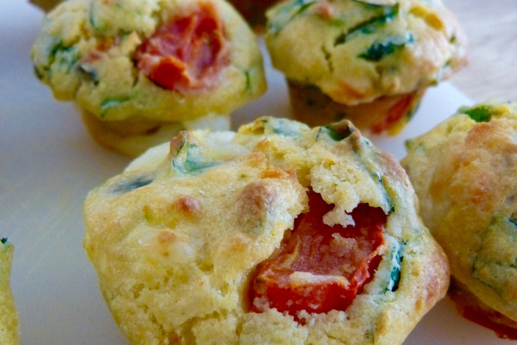 Muffins épinards, mozzarella, tomates cerises et graines de courge