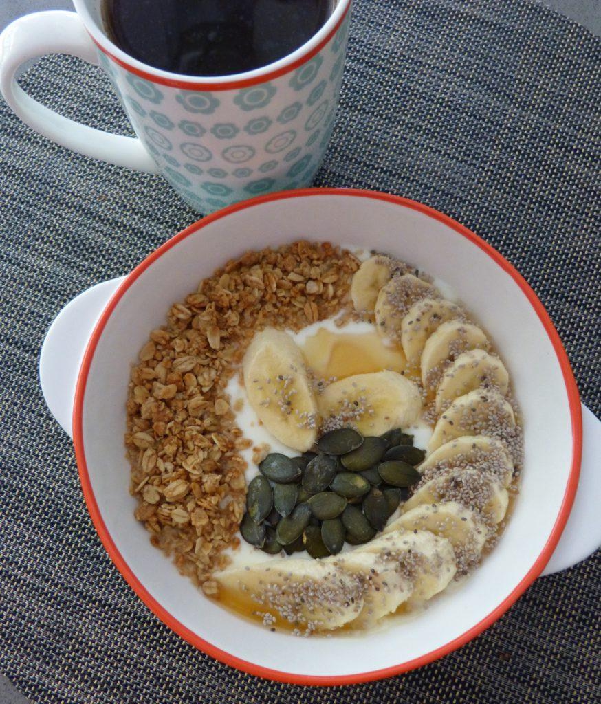 Yaourt au muesli, banane, miel et graines