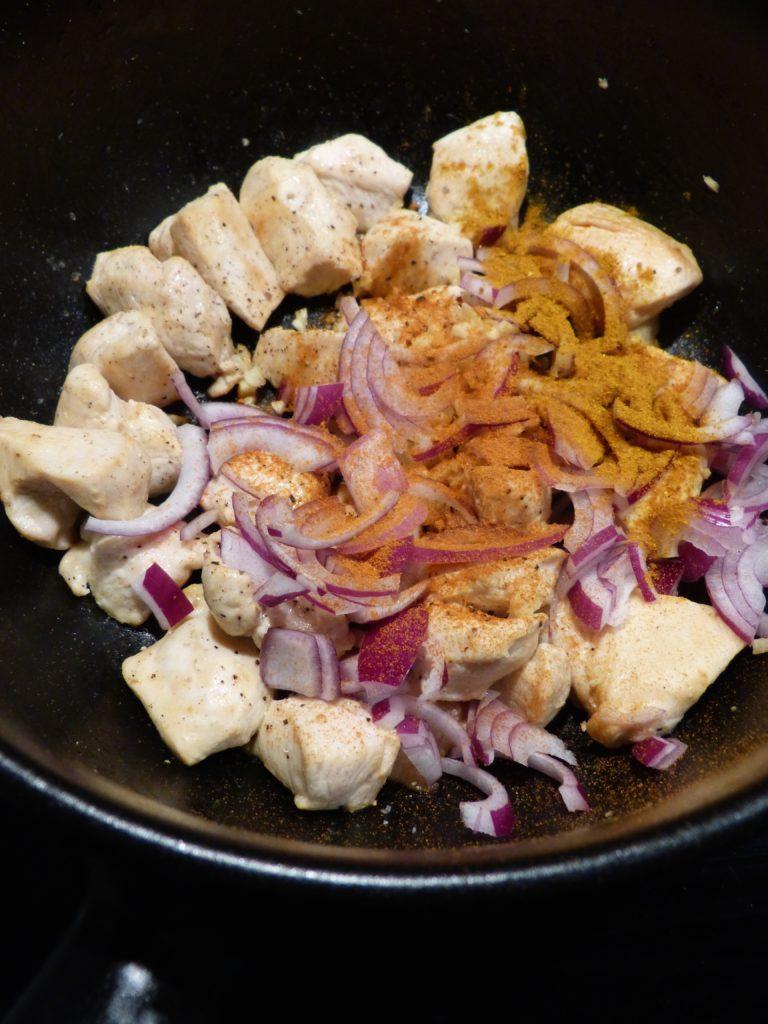 Curry de poulet, pois chiches et épinards