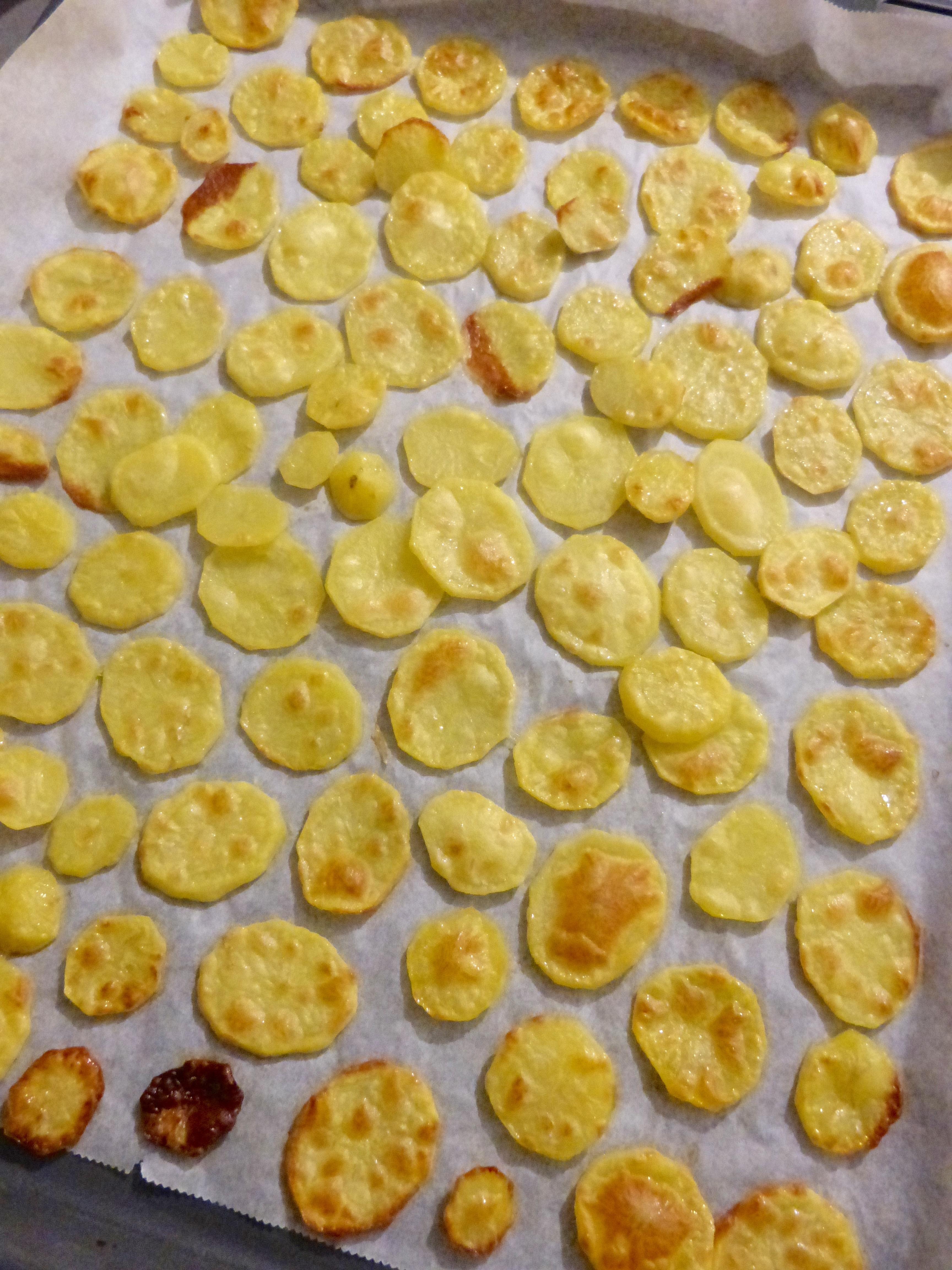 Chips de pommes de terre croustillantes au four un petit oiseau dans la cuisine - Chips fait maison au four ...